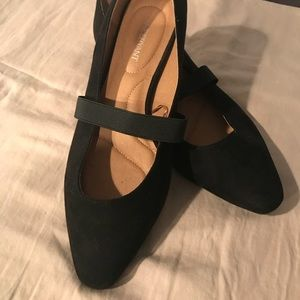 Ladies slip on flats with elastic strap